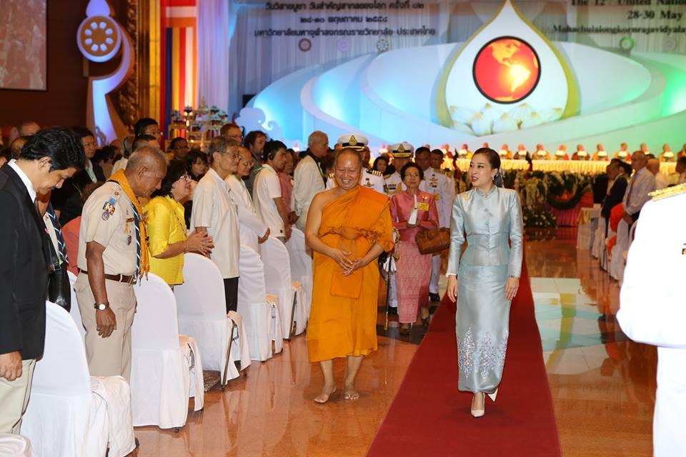 Putri Bajrakitiyabha (kanan) meninggalkan acara setelah mewakili Pangeran Mahkota Thailand Maha Vajiralongkorn dalam upacara pembukaan Peringatan Hari Vesak PBB 2015, Kamis (28/5/2015).